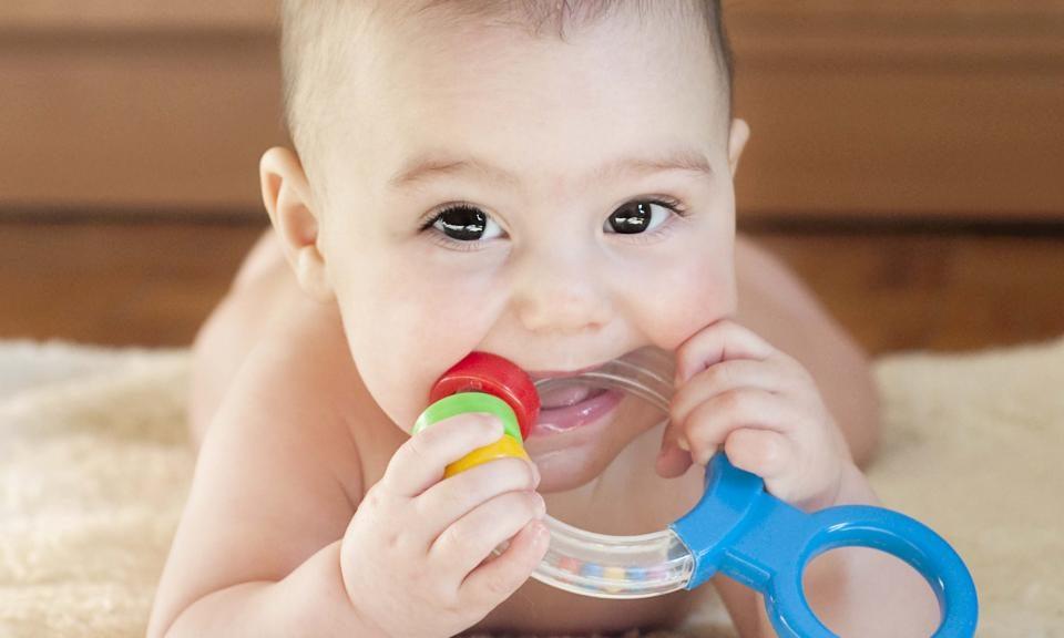 چگونه متوجه شوم چشم کودکم ضعیف است؟